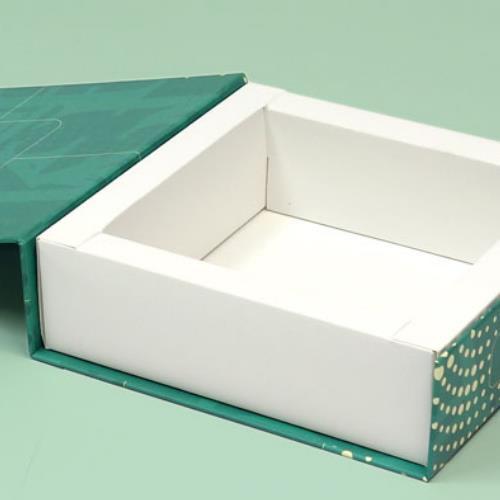 Otwarte pudełko Alfa w oprawie twardej